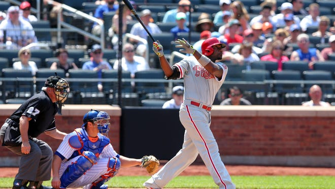 Phillies first baseman Ryan Howard hits a sacrifice fly during a 6-3 loss to the Mets on Monday.