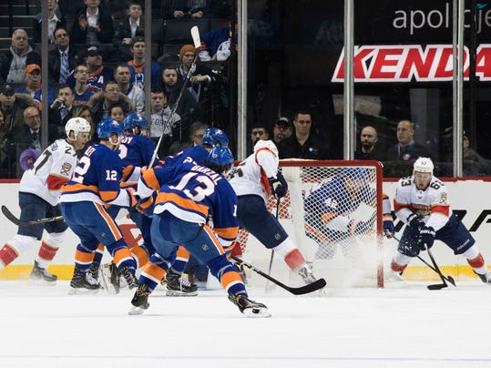 Florida Panthers right wing Evgenii Dadonov, right, wraps around the net before scoring during the second period of an NHL hockey game against the New York Islanders, Tuesday, Jan. 30, 2018 in New York. (AP Photo/Mary Altaffer)