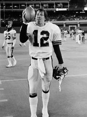 Houston Gamblers quarterback Jim Kelly leaves the field after a game May 12, 1984 in Pittsburgh.