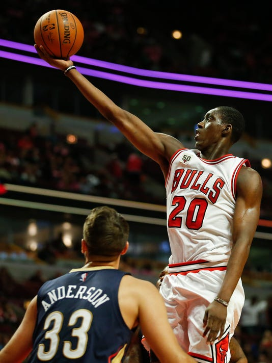 Chicago Bulls forward Tony Snell, right, goes to the basket over New Orleans Pelicans forward Ryan Anderson during the second half of an NBA preseason basketball game, Monday, Oct. 12, 2015, in Chicago. The Pelicans won 123-115. (AP Photo/Kamil Krzaczynski)