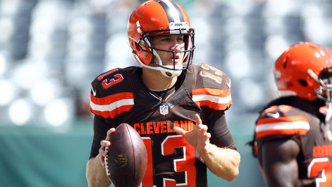 Cleveland Browns quarterback Josh McCown warms up before the team's game against the New York Jets.