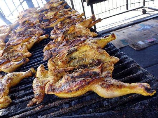 Pollo asado en el asador de enfrente de la Carnicería