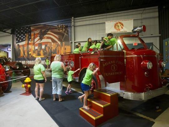Los niños pueden subir a un camión de bomberos en el