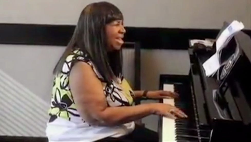 Video: Impromptu show: Aretha goes acoustic at hotel