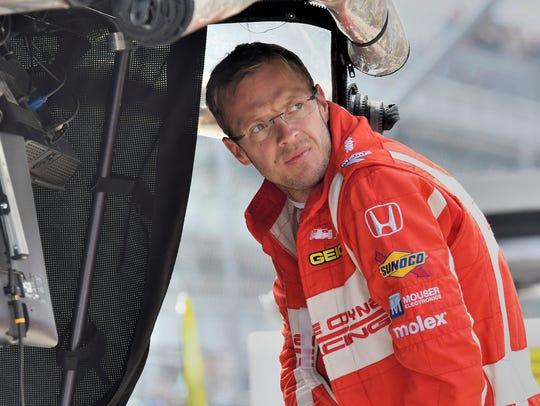 Sébastien Bourdais finds shelter under the pit box