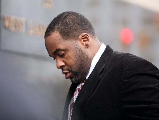 Former Detroit mayor Kwame Kilpatrick makes his way