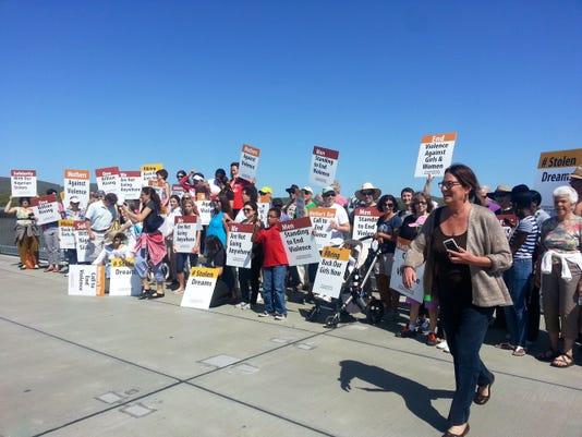 -Walkway protest.JPG_20140511.jpg