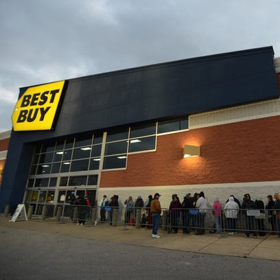 Shoppers lined the front of Best Buy on Thanksgiving
