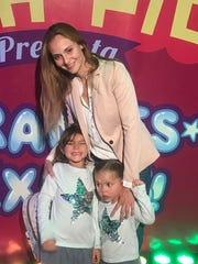 Carolina, esposa de Pablo Montero, acudió con sus hijas