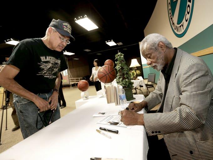 Nolan Richardson signs an autograph for Mike Fernandez
