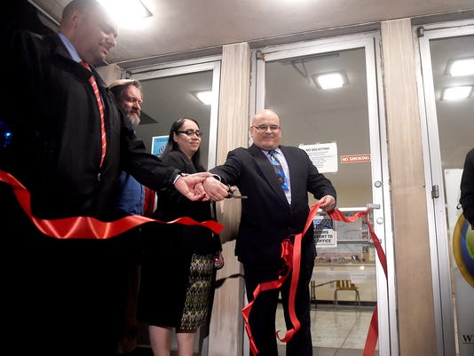 LDN-MKD-010616ribbon-cutting-latino