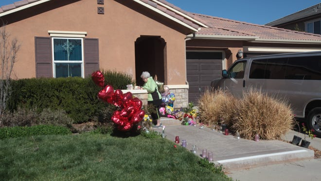 Bonnie Hoffarth leaves a note on Tuesday to 13 victims who authorities say were held captive at this Perris house by abusive parents.