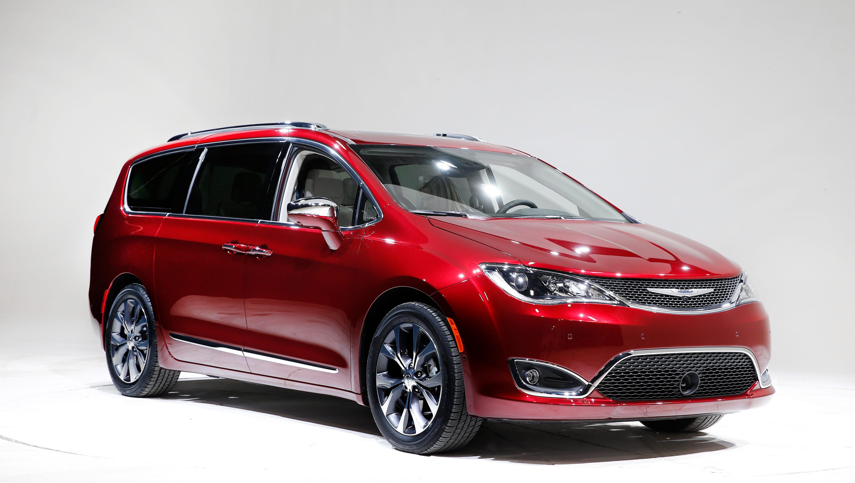 chrysler 39 s new pacifica minivan scores on fuel economy. Black Bedroom Furniture Sets. Home Design Ideas