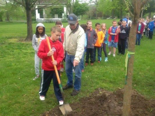 -Arbor Day Planting tree 2 .jpg_20160519.jpg