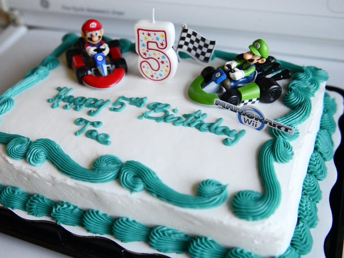 "Diontae ""Tae"" Smith has a Mario theme cake to celebrate"