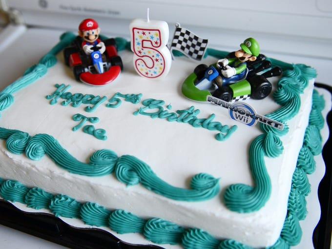 """Diontae """"Tae"""" Smith has a Mario theme cake to celebrate"""