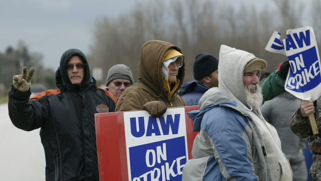 Workers picket outside of the Kohler generator plant in the town of Mosel, Nov. 18, 2015.