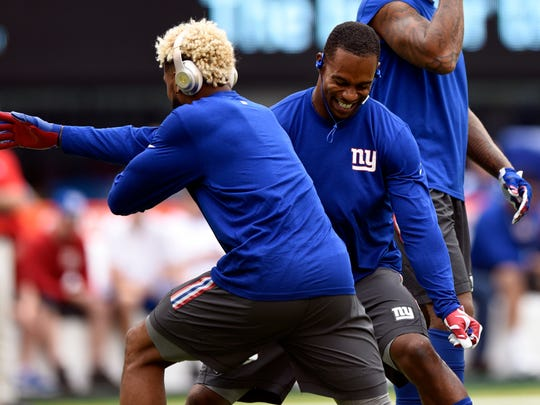 New York Giants wide receivers Odell Beckham Jr, left, and Victor Cruz, right, fool around during warm ups.