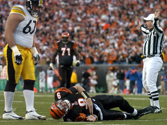 Carson Palmer hurt his knee on the Bengals' second