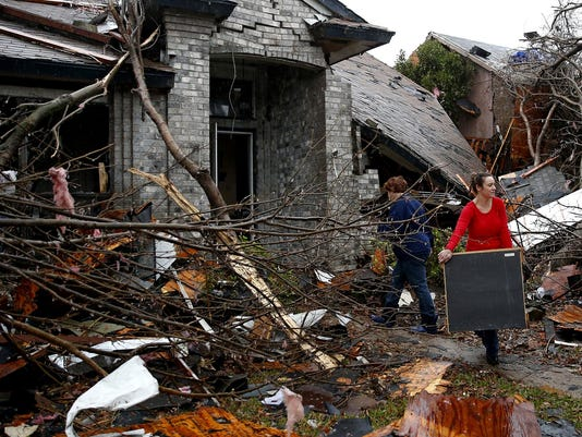 Texas tornadoÌs winds topped 200 mph; 11 dead in storms