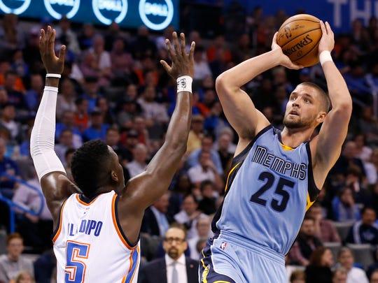 Memphis Grizzlies forward Chandler Parsons (25) shoots