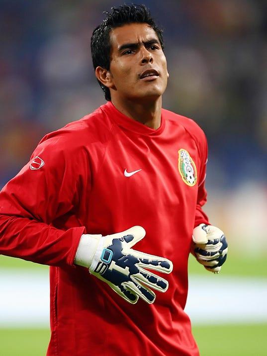 Mexican goalkeeper Oswaldo Sanchez pract