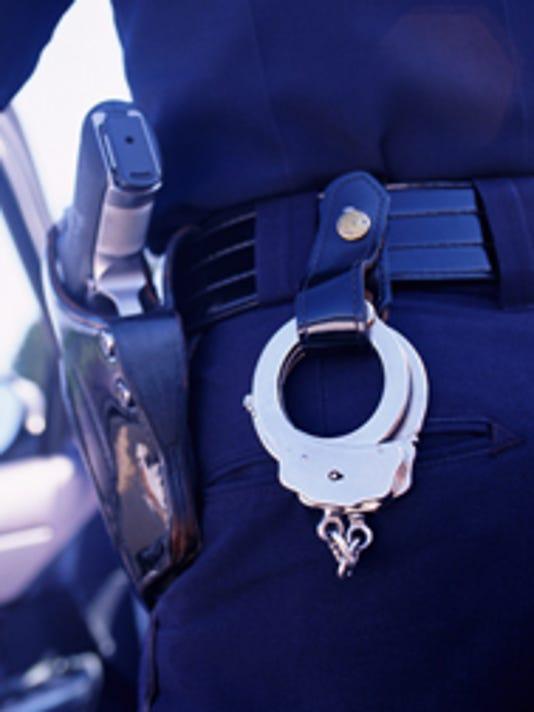 635769694251641507-Policeman-Cuffs