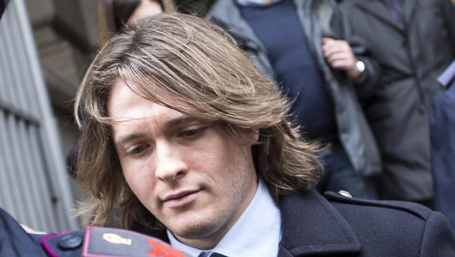 Raffaele Sollecito (C) leaves Italy's highest court building in Rome, Italy, 27 March 2015.