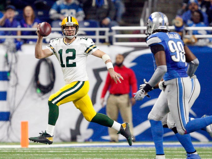 Green Bay Packers quarterback Aaron Rodgers (12) gets