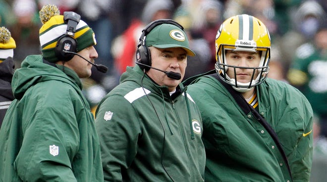 Packers coach Mike McCarthy, center, will observe  Matt Flynn, right, and Aaron Rodgers in practice this week.