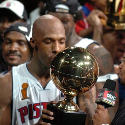 Chauncey Billups kissevs  the MVP trophy after the