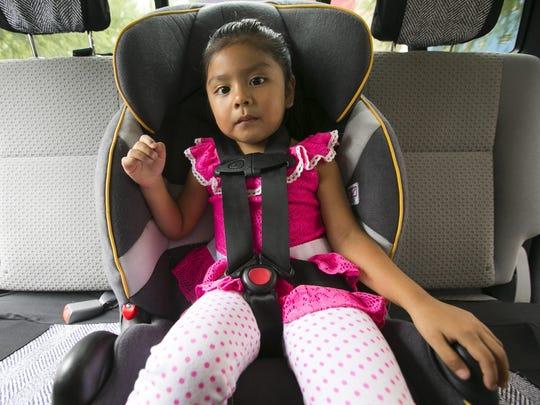 Abigail Garcia de tres años sentada en su asiento de seguridad en el Phoenix Children's Hospital el 6 de agosto del 2015.