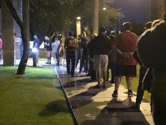 Una larga fila de votantes puede observarse en el centro
