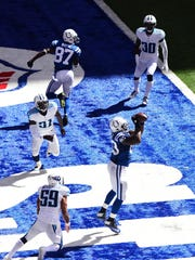 Colts tight end Dwayne Allen (83) makes a catch in the end zone in the first quarter Sunday.