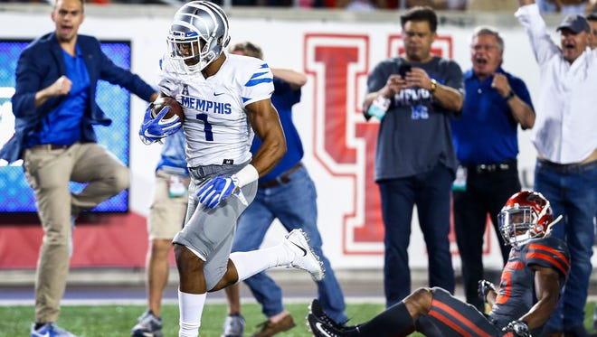 University of Memphis Tony Pollard (right) score a touchdown during a kickoff return against the University of Houston in Houston, Texas., Thursday, October 19, 2017.