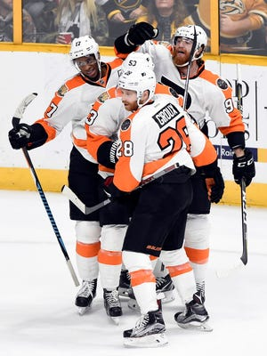 Flyers forward Wayne Simmonds, left, is congratulated by teammates after scoring a goal against the Predators.
