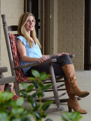 1990s pop star Jennifer Paige, a Nashvillian for 10 years, is back making music after both of her parents died in Nashville in 2008.