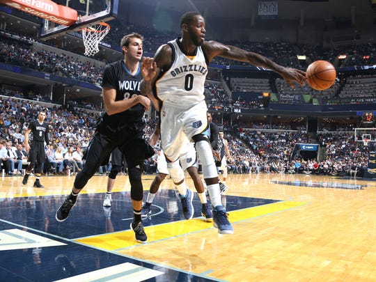 Memphis Grizzlies JaMychal Green, center, saves a loose