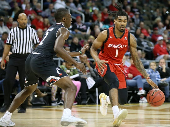 Cincinnati Bearcats guard Jacob Evans (1) drives to