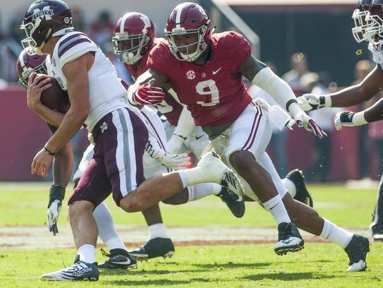 Alabama defensive lineman Da'Shawn Hand (9) chases