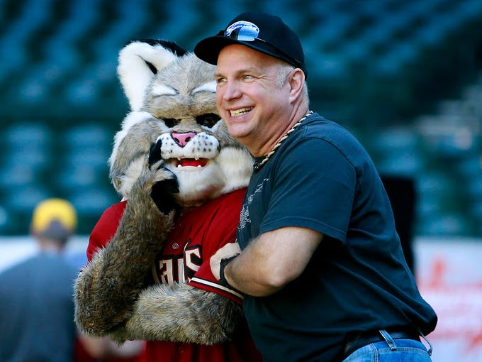 Garth Brooks and Arizona Diamondbacks mascot Baxter