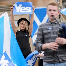 People gather for a pro-independence rally in Glasgow's George Square, in Scotland, on September 17, 2014, ahead of the referendum on Scotland's independence.
