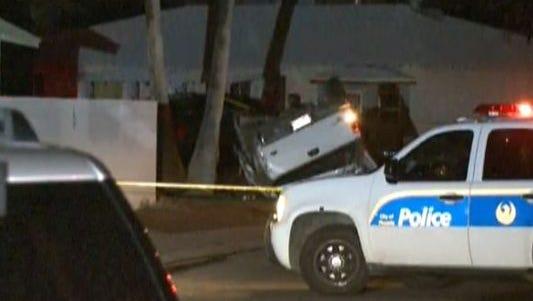 Dos hombres se dieron a la fuga después de volcarse y atropellar a una persona en el oeste de Phoenix.