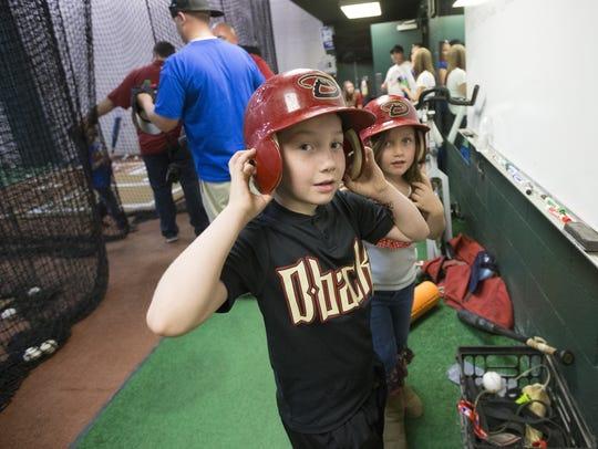 Niños disfrutan del partido de los D-backs en Chase Field.