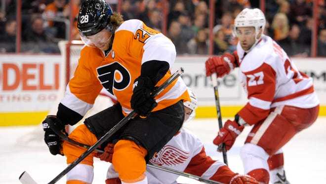 Claude Giroux and the Flyers are three points behind the Detroit Red Wings.