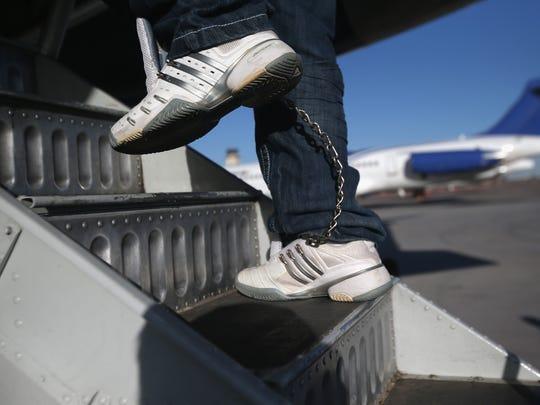 Un migrante toma un vuelo que lo llevará de vuelta a México.