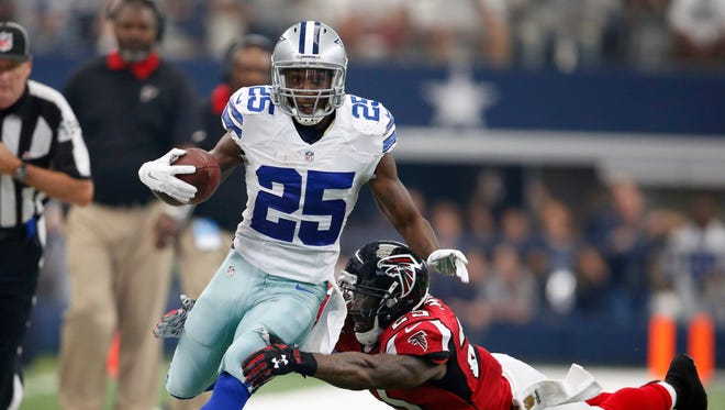 Dallas Cowboys running back Joseph Randle (21) scores a first quarter touchdown against Atlanta Falcons safety William Moore (25) at AT&T Stadium.