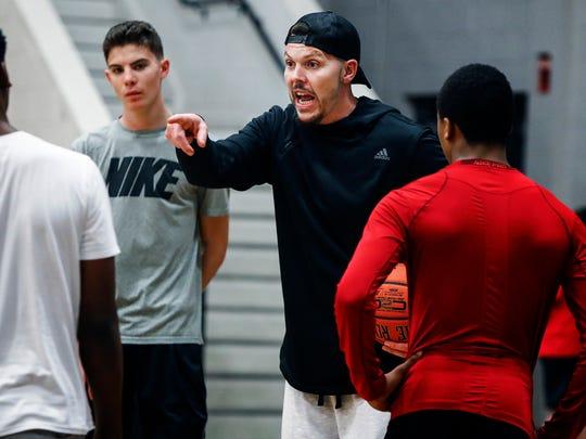 Memphis assistant coach Mike Miller instructing his son Mason Miller.