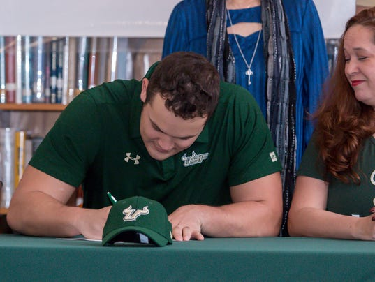 636535985187169609-sm2018-0207-nationalsigningday-catholic-high-school-17.jpg