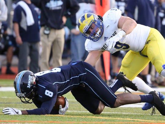 Delaware linebacker Troy Reeder tackles ball carrier